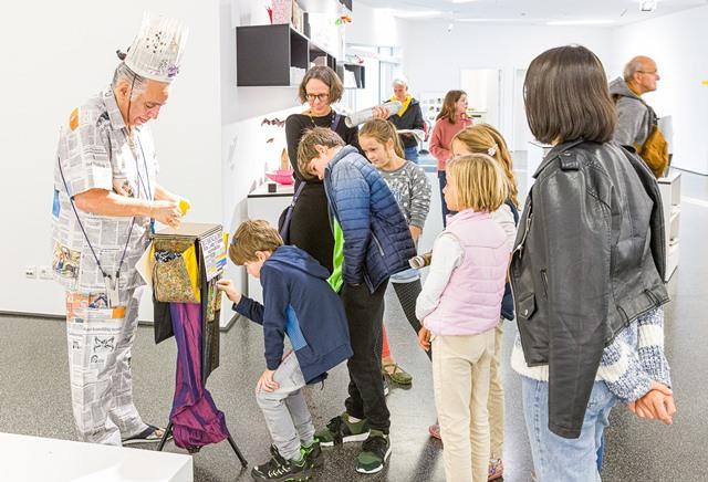 Kinder stehen beim Papierclown an